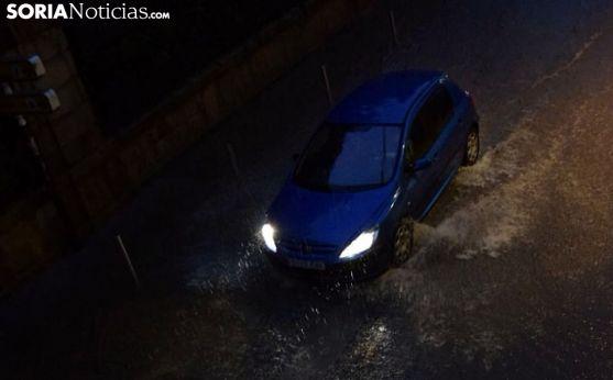 Un vehículo atraviesa Nicolás Rabal durante la tarde-noche de este domingo. /José Herrero