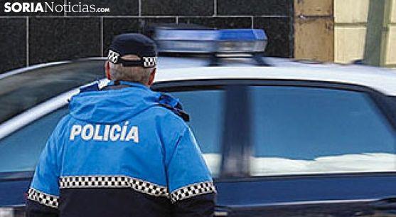 Un agente de la Policía Municipal en la plaza de Granados, en la ciudad. /SN