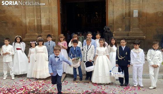 Los niños a la salida del templo este jueves. /Ainalb Alomar