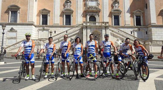 Los ciclistas, en la plaza de España en la capital italiana.