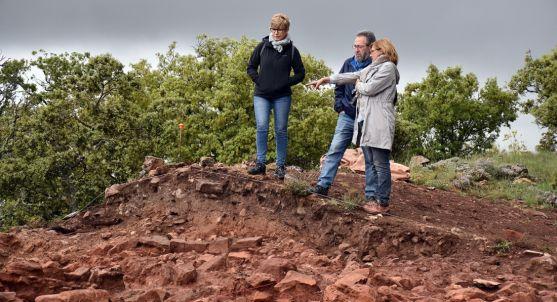 Elena Heras (izda.), Carlos de la Casa y Marian Arlegui en una de las áreas excavadas. /Jta.