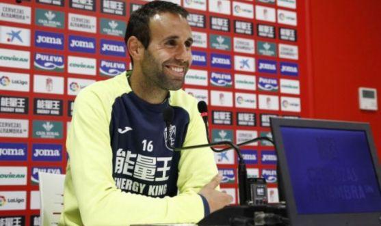 Víctor Díaz, lateral del Granada CF, durante una rueda de prensa. /Granada CF