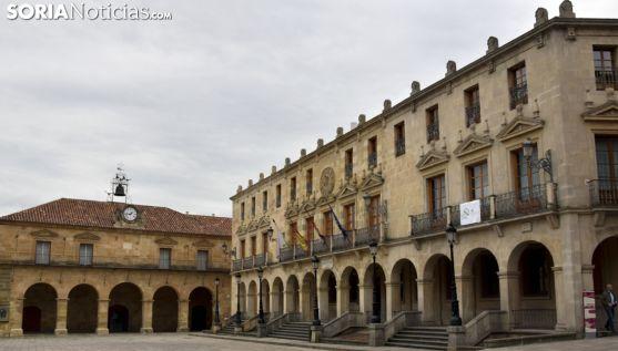 Imagen del ayuntamiento con La Audiencia al frente. /José Herrero.