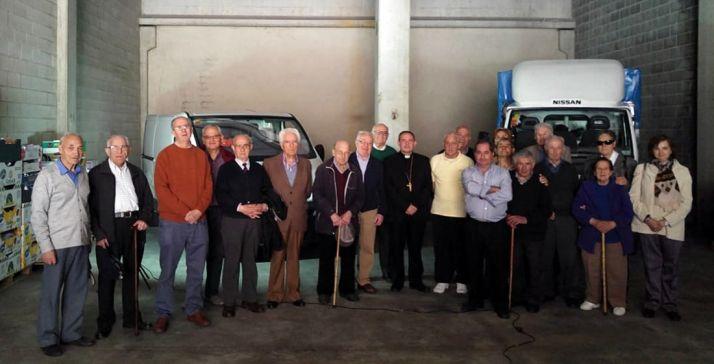 Los voluntarios con el obispo en el almacén. /DOS