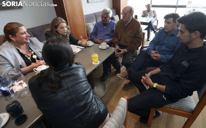 La comisionada conversa con miembros de la Plataforma. /SN
