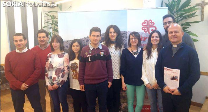 Ramírez, (dcha.) con voluntarios y trabajadores de Cáritas. /SN