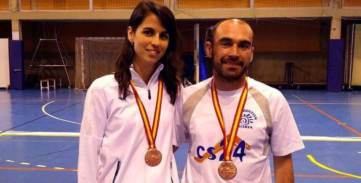 Esther Pereira y David Hernansanz con sus medallas.