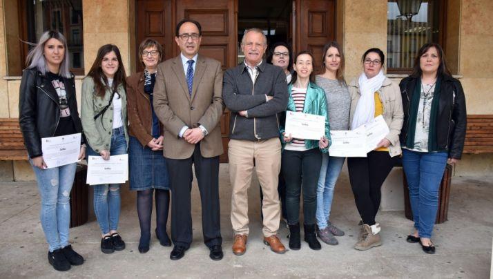 Participantes en el taller de Almazán, con la responsable del Ecyl, el delegado de la Junta y el alcalde.
