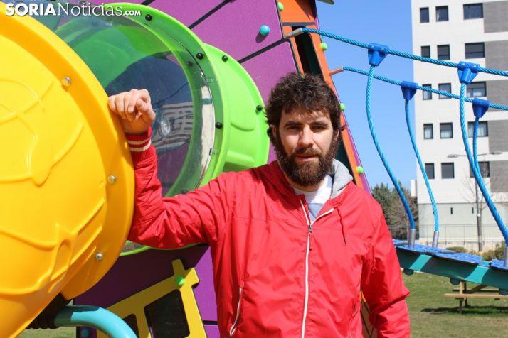 Manuel Sevillano, entrenador-jugador del Río Duero, en un parque de la capital soriana.