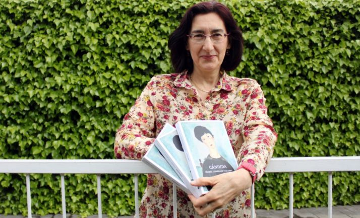 La escritora, con su obra.