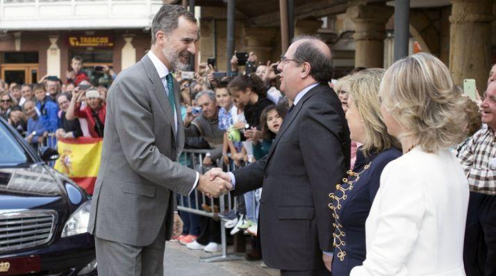 El Rey, a su llegada a la localidad. /Jta.