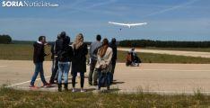 Participantes de 'Encuentro por la integración' en el aeródromo durante el despegue de una 'vela'. /SN
