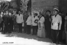 López Pando, de blanco y de perfil en el medio, junto al resto de autoridades de la época el Domingo de Calderas de 1952. AHPSo 30809 Fondo Vives