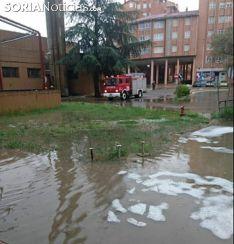 Los bomberos en el hospital de Santa Bárbara. /SN