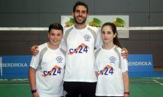 Los jóvenes jugadores con su entrenador.
