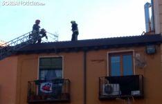 Los bomberos en el tejado del edificio. /SN