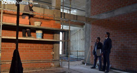 El alcalde (dcha.) con un técnico de las obras en la visita al edificio este miércoles. /SN
