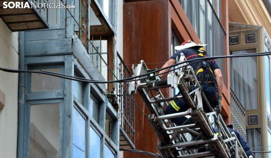 Un bombero ayer martes en una fachada del Collado. /SN