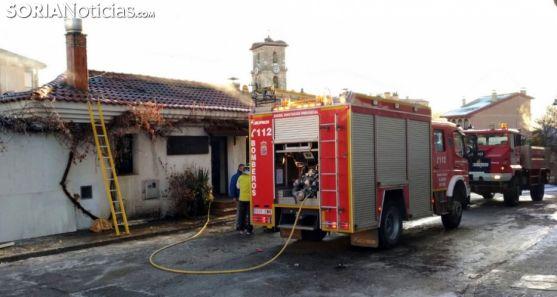 Bomberos en una actuación en Pinares. /SN