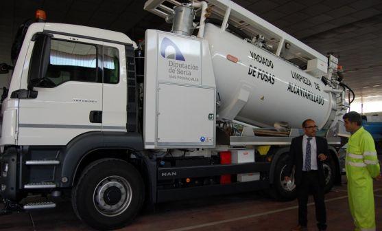 El presidente de la Diputación, junto a un empleado y a uno de los nuevos camiones. /Dip.
