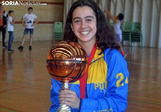 Paula, feliz con el trofeo. /SN