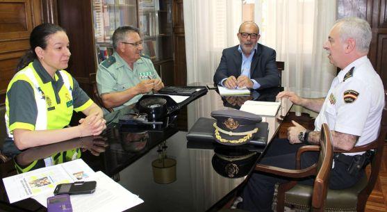 El subdelegado, en el centro, durante la reunión de trabajo con responsables de los Cuerpos de Seguridad del Estado en la provincia. /Subdeleg