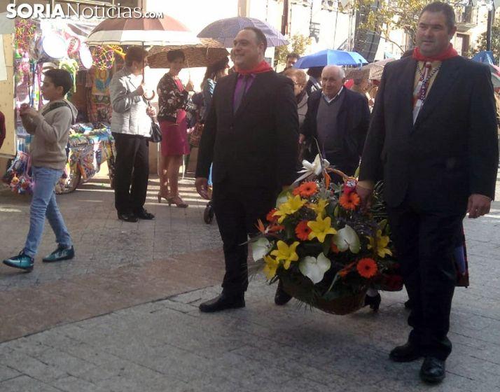 Una imagen de la comitiva floral antes de llegar santuario de la Virgen de los Milagros. /Ainalb Alomar