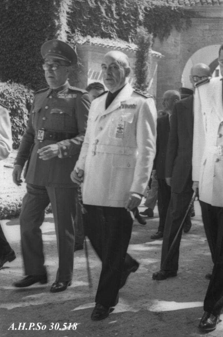 López Pando en la Alameda de Cervantes el Domingo de Calderas de 1952. - AHPSo 30518 Fondo Vives