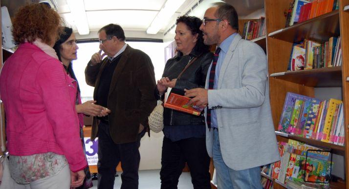 Rey (dcha.) conversa con Tarancón en presencia del alcalde de Tardelcuende. /Dip.
