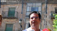Martín, delante del edificio afectado por un derrumbe el sábado. /SN