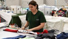 Una empleada en labores de clasificación de Humana. /FHPP