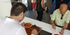 El Mercado de Soria disfruta de las migas pastoriles del chef Benito.