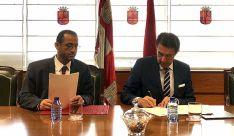 Suárez-Quiñones y Majid Ali Al Mansouri en la firma del acuerdo. /Jta.