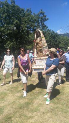 Cientos de personas en la romería de la Virgen del Castillo