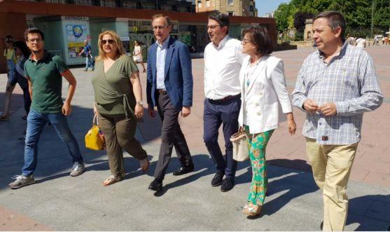 Alonso (3º izda.) en su visita a la capital.