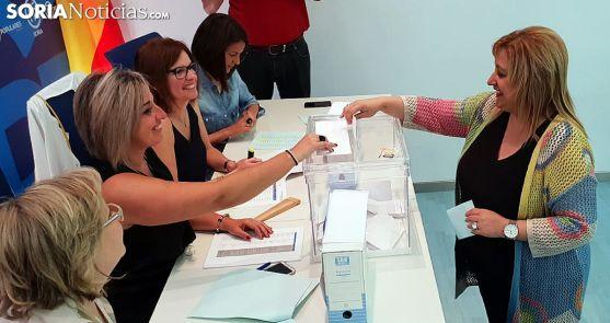 Yolanda de Gregorio deposita su voto en la sede del partido esta mañana de jueves.
