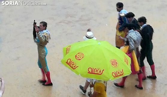 El novillero y su cuadrilla en la lluviosa tarde del Viernes de Toros. /SN