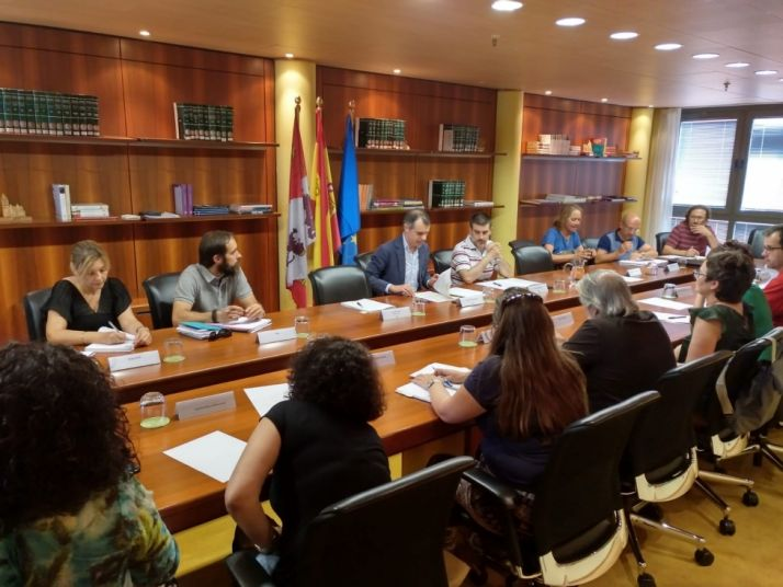Foto 1 - Reunión en la Junta para favorecer el empleo de los inmigrantes