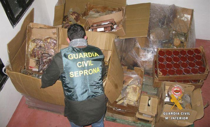 Un agente del SEPRONA con uno de los lotes decomisados. /GC