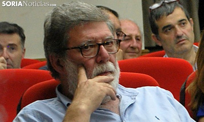 Santiago Aparicio, en el recuento de votos esta madrugada de miércoles. /SN