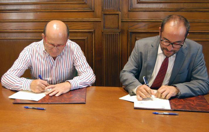 Marín (izda.) y Rey, en la firma de los acuerdos. /Dip.