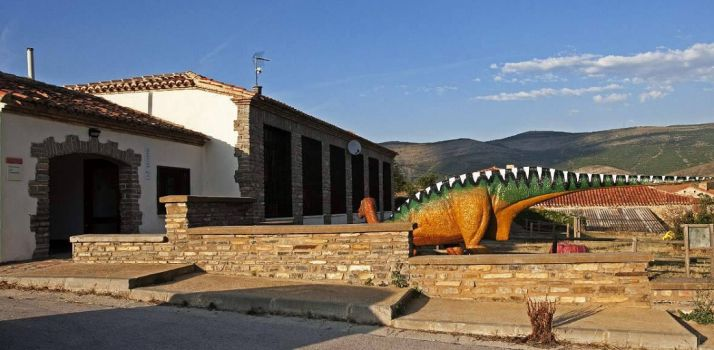 Exteriores del aula paleontológica de Villar del Río.