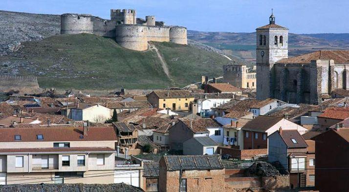 Una imagen de la localidad con su castillo al fondo.