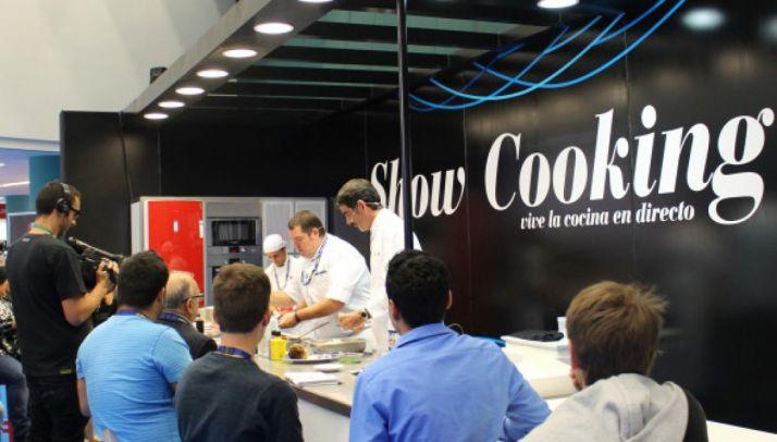 Una exhibición culinaria en el Gastronomika.
