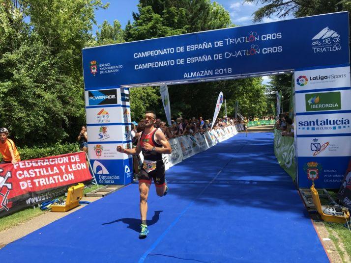 El soriano Rubén Aandrés, entrando en meta. /@FedeTriatlonCyL