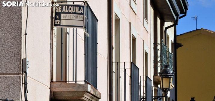 Un cartel de alquiler en una vivienda de la capital. /SN