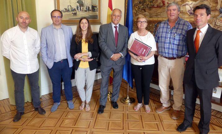 La comisionada (dcha.) junto con los participantes del encuentro. /FOES