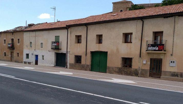 Pancartas de la Soria Ya en la N-122 a su paso por Velilla de San Esteban.