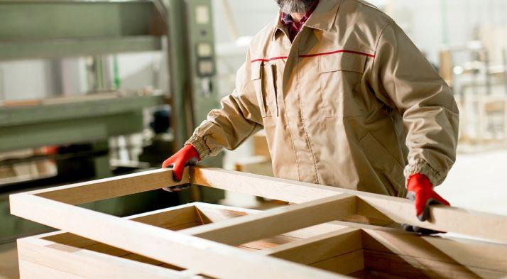 Un trabajador del sector de la madera.