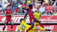 Yeboah cae en la faltan que le hace Kecojevic. LaLiga